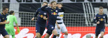 Emil Forsberg (M.) feiert nach seinem Treffer zum 0:1.