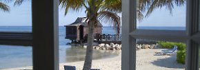 """Room with a View: Der Blick aus dem Fenster der Royal Suite im """"Half Moon Resort"""", dem wohl exklusivsten Hotel der Karibik. Im Pavillon über dem Meer streckt man sich bei Yoga und Pilates. Hier kann man auch zum Wassergeplätscher massiert werden."""