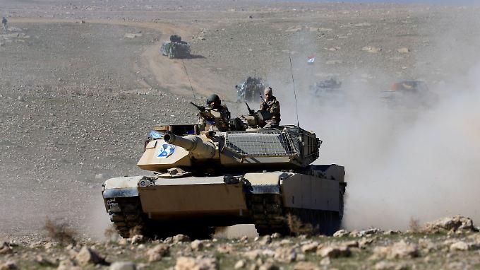 Ein Panzer der irakischen Armee nähert sich Mossul von Süden aus.