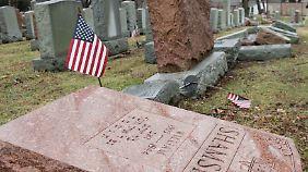 Geschändte Grabsteine in einem Vorort von St. Louis.