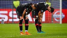 Leverkusens Aleksander Dragovic (l.) und Omer Toprak lassen nach dem Spiel die Köpfe hängen.