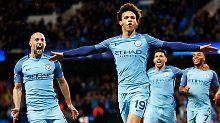 Sané freut sich mit seinen Teamkameraden über den letzten Treffer der Partie.