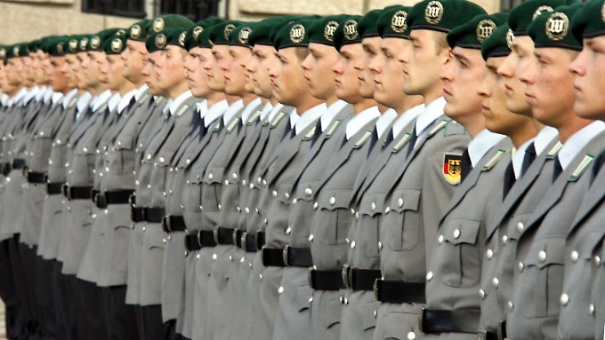 Ginge es nach dem CDU-Rechtsexpertem Sensburg, würden bald wieder Wehrdienstleistende ihr Gelöbnis ablegen.