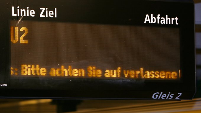 """In der Berliner U-Bahn läuft der Schriftzug """"Bitte achten Sie auf verlassene Gegenstände und Gepäckstücke"""" durch."""