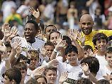Der brasilianische Fußballstar Pelé (l.) und sein Sohn Edson Cholbi do Nascimento (r.) 2012 in Brasilien.