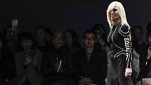 Klamotten mit Botschaft: Donatella Versace outet sich als Feministin