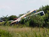Nach dem Zusammenstoß sind die beiden Busse in einen Graben gestürzt.
