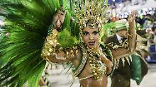 Knappe Kostüme und viel nackte Haut: Der Karneval am Zuckerhut.