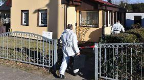 Beamte untersuchen den Tatort.