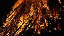 Die Nachbarn verbrannten die 25-Jährige auf einem Scheiterhaufen (Symbolbild).