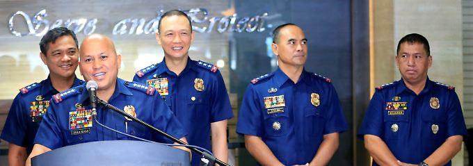 Polizeichef Dela Rosa (2.v.l.) und seine Kollegen freuen sich darauf, endlich wieder Drogendealer jagen zu dürfen.