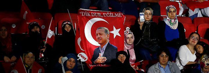 Jubelreden und Einschüchterung: Erdogan begeistert - und macht Angst