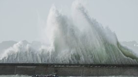 Alarmstufe Orange in Ploemeur: Extreme Orkanböen peitschen das Meer auf.