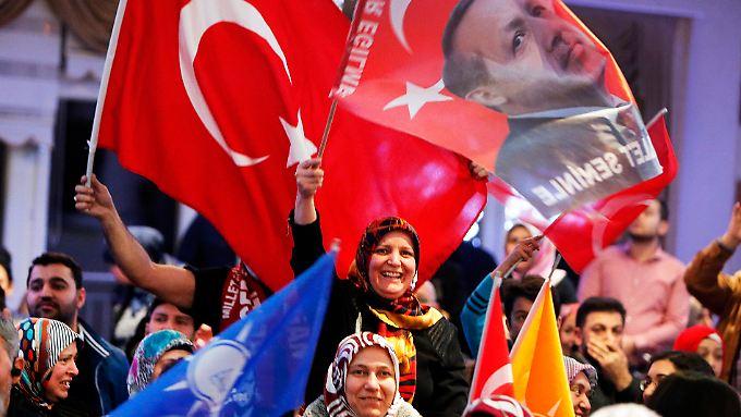 Bei einem Auftritt des früheren türkischen Energieminister Tanar Yildiz in Kelsterbach schwenken Frauen türkische Fahnen.