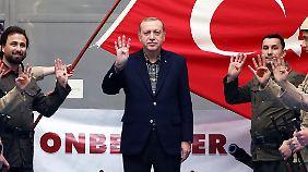 Recep Tayyip Erdogan zeigt das Rabia-Zeichen.