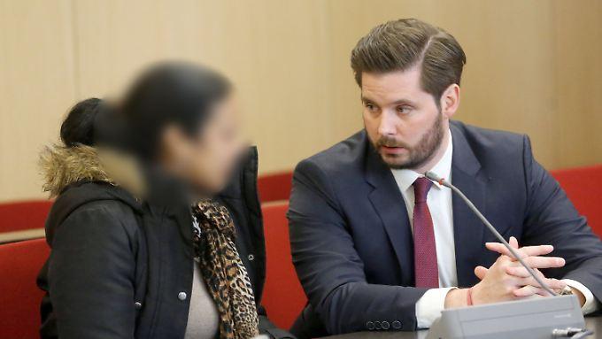 Die Angeklagte unterhält sich mit ihrem Anwalt.