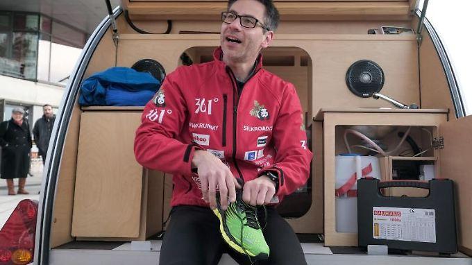 Vier Dutzend Paar Laufschuhe mussten für die 12.000 km herhalten, doch auch Läufer Kai Markus selbst blieb nicht unbeschadet.