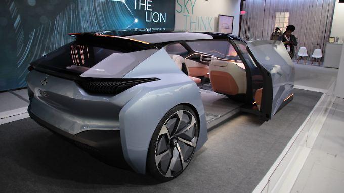 Groß wie ein Van und flach wie ein Sportwagen präsentiert sich der Nio Eve.