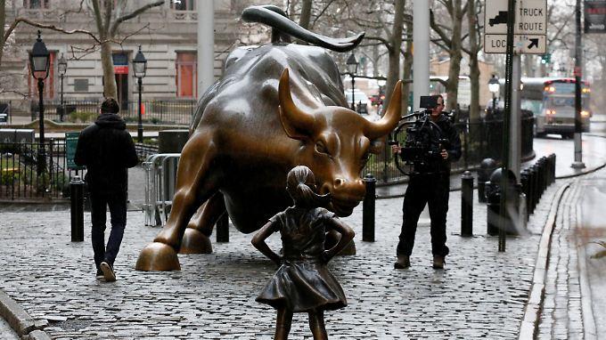 Sie ist in kurzer Zeit zum Symbol geworden: An der New Yorker Wallstreet steht seit neuestem eine Mädchenstatue, die sich dem Börsenbullen in den Weg stellt.