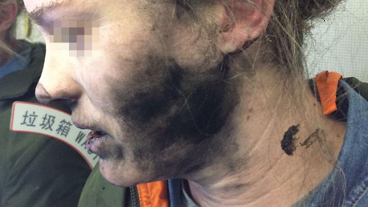 Wie sehr die Kopfhörer gequalmt haben, sieht man am verrusten Gesicht der Frau.