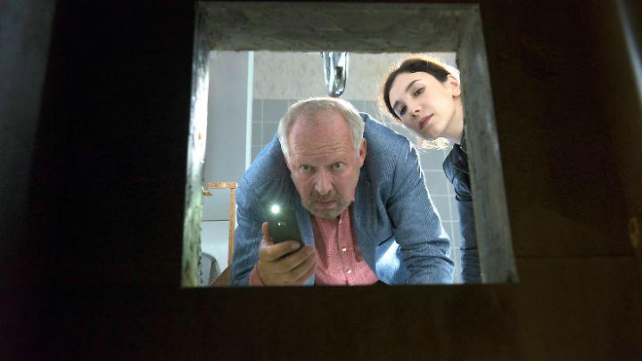 Ob es wirklich eine gute Idee ist, mit der Handytaschenlampe in dunkle, stinkende Löcher zu leuchten? Borowski (Axel Milberg) und Brandt (Sibel Kekili) werden es gleich herausfinden.