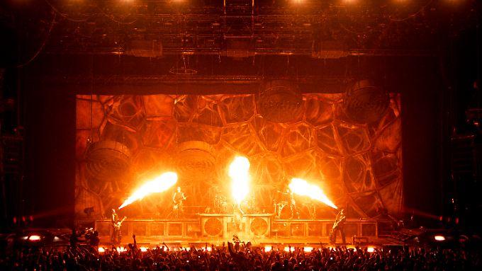 """Achtung, es brennt - Szene aus """"Rammstein: Paris""""."""