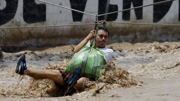 Dieser Mann bringt per rettungsseil in Sicherheit.