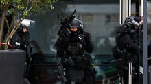 Nach dem Angriff sichern Sondereinheiten das Gelände des Pariser Flughafens Orly.