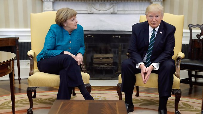 Donald Trump schaut nur starr geradeaus.
