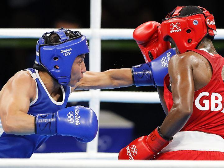 Frauen boxten in Rio weiterhin mit Helm. Hier Nicola Adams aus Großbritannien (rot) gegen die Französin Sarah Ourahmoune.