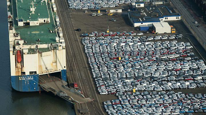 Eine der Quellen der deutschen Wirtschaftskraft: Neufahrzeuge für denExport auf dem Autoterminal in Bremerhaven.