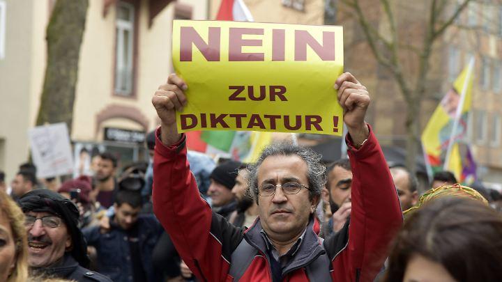"""Viele Erdogan-Gegner feierten das kurdische Neujahrsfest unter dem Motto """"Nein zur Dikatur""""."""