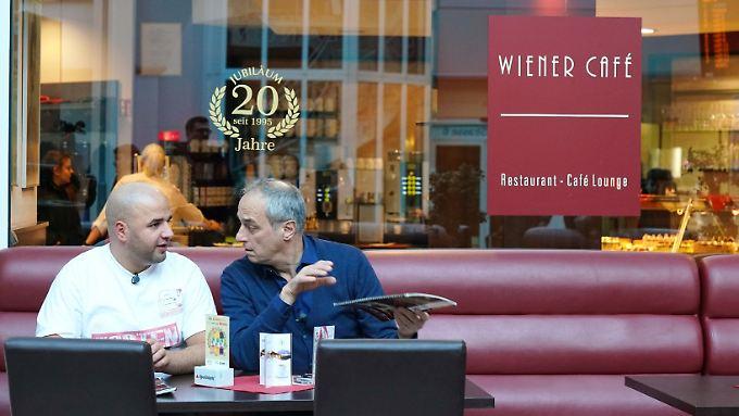 Rach und sein Sorgenkind vor dem Wiener Café.jpeg