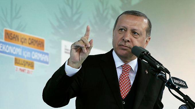 Wahlkampfauftritte von AKP-Politikern soll es zwar nicht mehr geben, Erdogans Faschismus-Vorwürfe hören aber nicht auf.