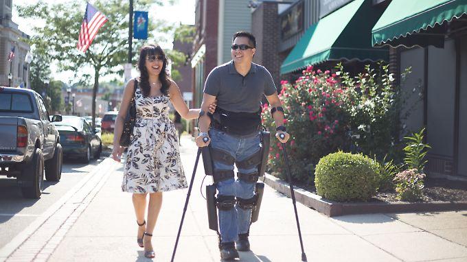 Mit einem Exoskelett sollen Querschnittsgelähmte wieder normale Bewegungsabläufe erreichen.