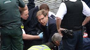Als Held von London gefeiert: Politiker kümmert sich um verletzten Polizisten