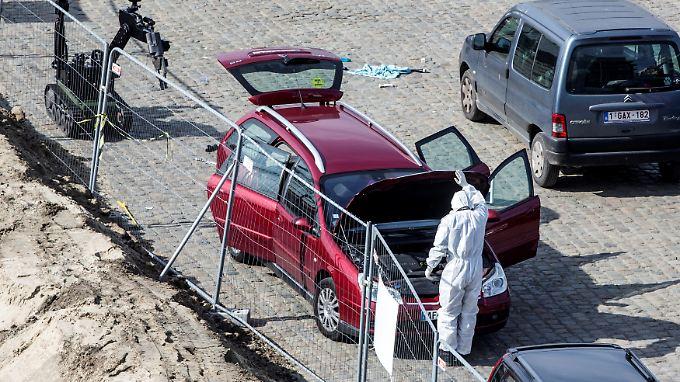 Ein Ermittler steht an dem Auto, mit dem ein Verdächtiger in die Antwerpener Einkaufsstraße gerast war.