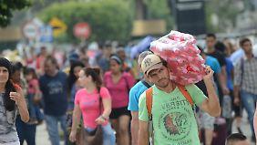 An der kolumbianischen Grenze versorgen sich viele Venezolaner mit dem Nötigsten - häufig im Tausch gegen Benzin.