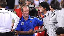 Experten unter sich: Berti Vogs und Joachim Löw am 9. September 2009 in Hannover. Seinerzeit trainierte Vogts noch die Aiserbaidschaner und es  ging es um die Qualifikation zur die WM 2010 in Südafrika. Die DFB-Elf gewann mit 4:0.