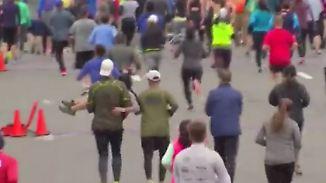 Neues aus der Welt des Sports: Halbmarathon-Teilnehmer tragen Frau ins Ziel