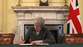 Hier unterschreibt Theresa May gerade den Brexit-Antrag.
