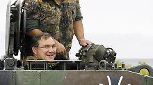 Vertraut mit den Produkten der deutschen Rüstungsindustrie: Jung als Minister bei einem Truppenbesuch.