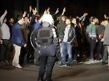 Bis in die Nacht protestierten Hunderte vor dem türkischen Konsulat.
