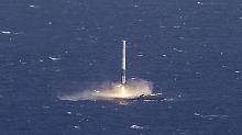 So sieht es aus, wenn eine Rakete aus dem All kommend erfolgreich auf einer Plattform im Meer landet.