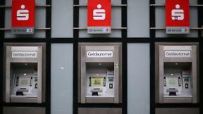 Je nach Kontomodell: Sparkassen verlangen Gebühren fürs Geldabheben