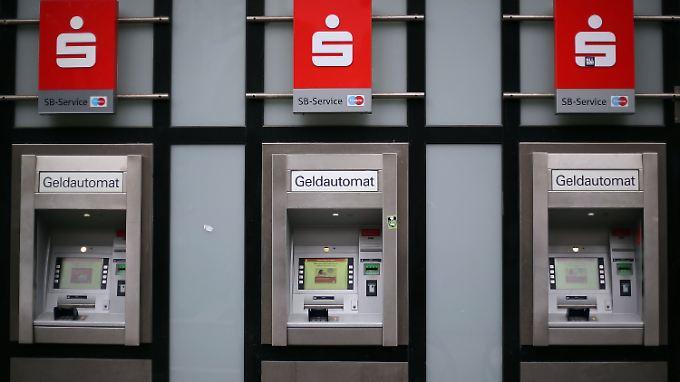Je nach Kontomodell: Sparkassen verlangen Gebühren fürs Geldabgeben