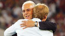 Stuttgart, 8. Juli 2006: Franz Beckenbauer umarmt nach dem Spiel um Platz drei Bundestrainer Jürgen Klinsmann.