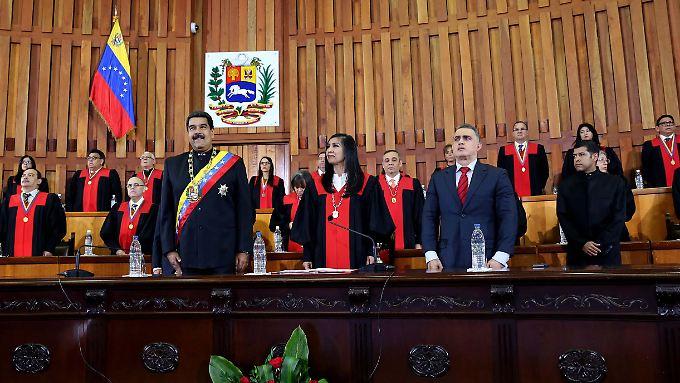 Präsident Maduro (vordere Reihe, links), vor den Richtern des Obersten Gerichts in Caracas.