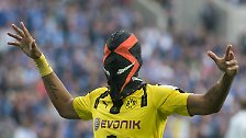 Bekannt ist auch das hier. Pierre-Emerick Aubameyang und sein Maskenjubel. Gegen Schalke hatte er seinen BVB in Führung geschossen, danach das Gesicht verhüllt und Gelb kassiert. Cool?