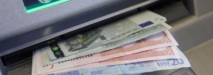 Gebühren fürs Geldabheben halten Verbraucherschützer  für unzulässig.
